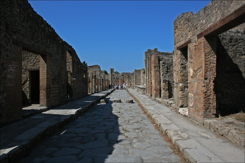 Via dell' Abbondanza from Vicolo di Tesmo